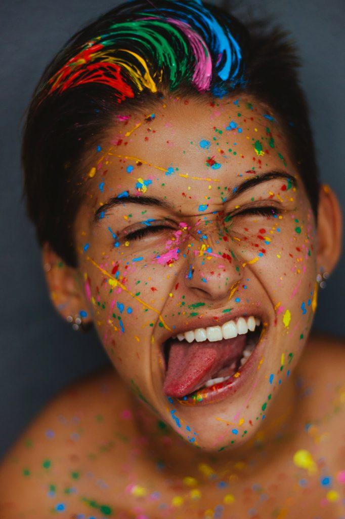 vrouw met verf op gezicht